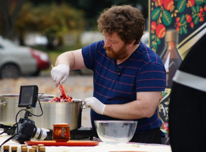 Ведущий удивил краснодарцев: на съемках он приготовил кубанский борщ с кедровыми орешками.