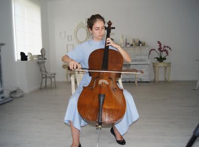 """Музыкант из квартета """"Вдохновение"""". Именно ее руки, играющие на виолончели, видны в кадре в итоговом видео"""