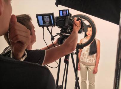 Съемки проходили в белой циклораме, с использованием диодного света, который применяется и в косметологи
