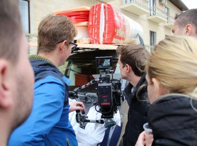 За кадром на съемках чаще всего следят несколько пар глаз_ операторские, режиссерские, технические и еще одни на выбор _)