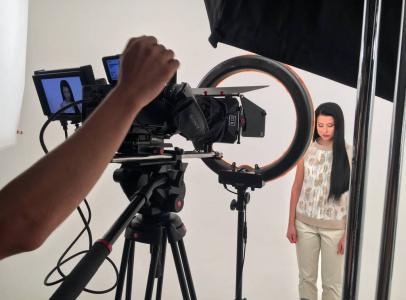 Для роли модели мы искали девушку с бархатной кожей лица, чтобы она идеально смотрелось на крупных планах. Для бьюти-индустрии, для бьюти-видео это крайне важно