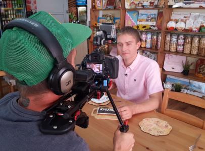 Ведущему телепроекта Дмитрию Поповичу всегда доставалось что-то вкусное. Через секунду после фото Дмитрий съест самый большой в своей жизни тимашевский пряник.