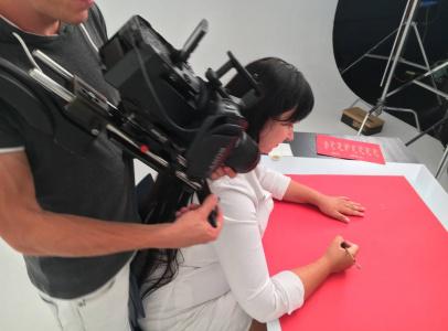 Процесс каллиграфии также снимался в замедленном режиме — 200 кадров в секунду