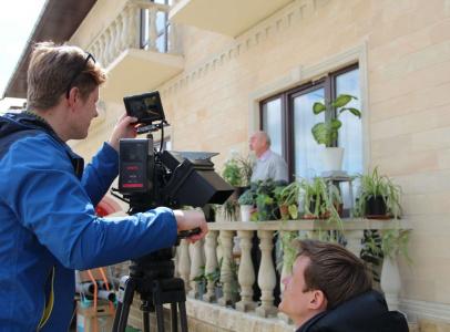 В итоговом ролике главный герой живет на втором этаже, а кадры снимали на идентичном балконе, но на 1-ом этаже