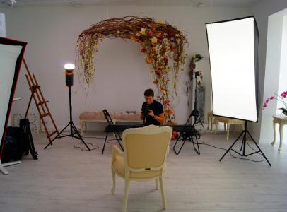 Для съемки была выбрана студия с белыми стенами, чтобы отобразить воздушность и легкость атмосферы рекламного ролика