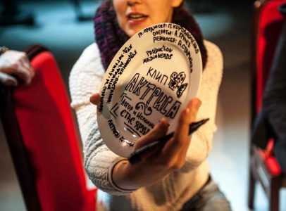 По традиции разбили тарелку